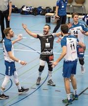 Die Luzerner, mittendrin Libero Jörg Gautschi, feiern nach dem Spiel den diskussionslosen Sieg. (Bild: Roger Grütter (Luzern, 25. Februar 2018))