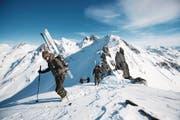 Gebirgsspezialisten der Schweizer Armee auf einer Skitour auf den Glöggliturm. (Bild: Manuela Jans (LZ))