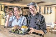Mehlwurmburger und Heuschrecken: Das Restaurant Kaiserstuhl hat als eines der ersten der Zentralschweiz Insekten auf der Karte. Betriebsleiterin Larissa Schiesser und Koch Samuel Jagge sind begeistert – manche Gäste eher weniger. (Bild: Nadia Schärli (25. November 2017))