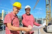 Norbert Kiser, Leiter Bau und Infrastruktur (links) an Ort und Stelle, wo sein Büro entsteht, mit Gemeinderat Hansruedi Abächerli.