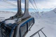 Die Urdenbahn faehrt in die Station auf dem Urdenfuerggli im Skibebiet Lenzerheide-Valbella ein, am Donnerstag, 13. Februar 2014, in Lenzerheide. Im Hintergrund ist die Station auf dem Hoernli im Skigebiet Arosa zu erkennen. Mit einer Doppel-Pendelbahn zwischen dem Urdenfuerggli und dem Hoernli werden die beiden Schneesportgebiete Lenzerheide und Arosa zusammengeschlossen. Durch die 1,7 Kilometer lange Verbindungsbahn mit neu 225 Pistenkilometern wird Lenzerheide-Arosa zum groessten zusammenhaengenden Skigebiet Graubuendens. Die Baukosten der Pendelbahn betragen rund 20 Millionen Franken. (KEYSTONE/Arno Balzarini) The Urdenbahn arrives at the station Urdenfuerggli in the ski resort Lenzerheide Valbella, Switzerland, February 13, 2014. Since January 2014 a double aerial tramway between the Urdenfuerggli and the Hoernli connects to two ski resorts of Lenzerheide and Arosa. (KEYSTONE/Arno Balzarini) (Bild: ARNO BALZARINI (KEYSTONE))