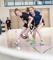 In Beckenried kämpfen zwei Mädchenteams um Ballbesitz und Tore. (Bild: Martin Dominik Zemp (15. November 2017))
