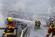 Feuerwehrleute bei den Löscharbeiten. (Bild: KEYSTONE/Alexandra Wey)