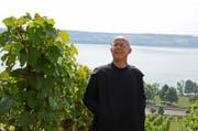 Der Kellermeister des Klosters Engelberg, Pater Patrick Ledergerber, im Rebberg über dem Bielersee. (Bild: PD)