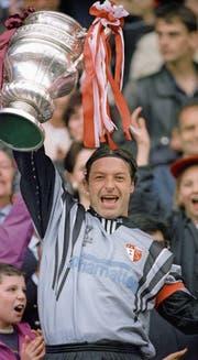 Stephan Lehmann als FCL-Goalie im Cup auswärts gegen Winterthur im November 1997 (oben links), beim Cupsieg mit Sion Anfang Juni 1996 (rechts) und am Ostermontag 2004 als Torhütertrainer vom FC Wil mit der Trophäe (unten links). (Bilder: Keystone)