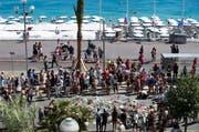 Auf der Promenade des Anglais trauern Passanten um die Opfer. (Bild: EPA / Ian Langsdon)