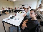 Die angehenden Fachleute Gesundheit an ihrem ersten Schultag im Neubau des BWZ Uri. (Bild: Urs Hanhart (Altdorf, 21. August 2017))