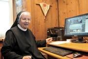 Schwester Judith (82) kümmert sich trotz ihres stolzen Alters im Kloster St. Lazarus um sämtliche Computeraufgaben. (Bild Anian Heierli)