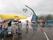 Die Skirampe auf dem Flugplatz bleibt unbenutzt, die Besucher suchen Schutz vor dem Regen. (Bild: Martin Uebelhart (Buochs, 18. März 2017))