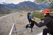 Die Seilrutsche über den Geschiebesammler erwies sich als Attraktion am Eröffnungsfest der Hochwasserschutzanlagen. (Bild Urs Hanhart)