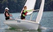 Nina Barbana (links) und Nadine Infanger vom Segelclub Tribschenhorn segeln auf der 420er-Jolle beim Regio-Cup auf Platz zwei. (Bild: Walter Rudin (Stansstad, 9. Juli 2017))