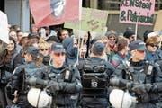 Polizisten schirmen Demonstranten von einer Kundgebung der Abtreibungsgegner ab. (Bild: Walter Bieri/Keystone (Zürich, 19. September 2015))