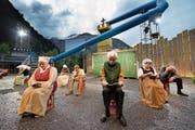 Darsteller und spektakuläre Kulisse im Freilichtspiel auf dem Areal der Heizwerk Gotthard AG bei Göschenen. (Bild: Eveline Beerkircher (30. Juni 2017))