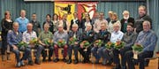 An der Vorstandskonferenz des Blasmusikverbands Uri nahmen 25 der insgesamt 29 Musikanten teil, die für ihre langjährige Mitgliedschaft geehrt werden konnten, unter ihnen auch der Flüeler Nino Vanoli (vorne, Fünfter von links), der seit 60 Jahren aktiv musiziert. (Bilder: Georg Epp (Seelisberg, 17. Februar 2017))