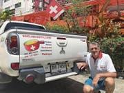Robert Tresch in Pattaya mit seinem Wunsch-Autoschild, das er bereits in Uri hatte. (Bild: PD)