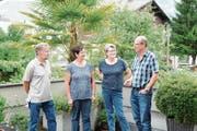 Hanspeter Durrer, Maria Gabriel, Alice Truttmann und Hans Gabriel (von links) gehören zur Gruppe von Leuten, die Koni Huser regelmässig besuchen. (Bild: Martin Uebelhart (Ennetbürgen, 24. Juli 2017))