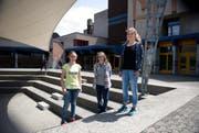 Die drei Reporterinnen (von links) Maya Bäurle, Elena Bösch und Angela Odermatt vor dem Schulhaus Morgenstern. (Bild: Corinne Glanzmann / Neue NZ)