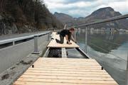 Der Holzbelag am Loppersteg wird montiert. (Bild: Urs Rüttimann (Neue NZ) (Neue Nidwaldner Zeitung))