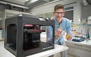 Mit diesem 3D-Drucker hat Marco Savignano im Kollegi die Fingerprothese hergestellt. (Bild: Corinne Glanzmann (Stans, 25. April 2017))