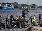 Die ägyptische Küstenwache und Retter bringen die Leichen von Flüchtlingen an Land. Ein Boot mit Hunderten Migranten an Bord kentert vor der ägyptischen Küste. (Bild: Keystone/AP/EMAN HELAL)