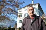Der Buchautor Dieter Gemsch im Park seines Hauses Maihof, einem alten Schwyzer Herrenhaus.