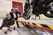 Sicherheitsdirektor Dimitri Moretti (links) und ASSV-Vorsteher Toni Epp begutachten die neue Hebebühne für Motorräder. (Bild: urh (Altdorf, 12. 3. 18))
