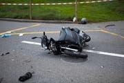 Der Roller wurde beim Unfall massiv beschädigt. (Bild: Geri Holdener)