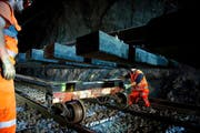 Enger Raum und Zeitplan im Loppertunnel: Pro Nacht schaffen es die 20 Gleisbauer, 54 von total 1186 Schienenmetern zu erneuern. (Bild: Corinne Glanzmann)