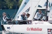 Die Zuger Michael und Ansgar Adamczyk sowie Lino und Gianpietro Cerletti (von links) kämpfen auf dem Lago Maggiore um Punkte in der höchsten Schweizer Segelliga. (Bild: Sven Jürgenssen/SSL (Locarno, 22. April 2017))
