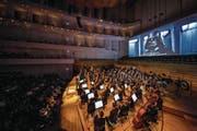 Das 21st Century Orchestra spielt «Star Wars»: Auf der Leinwand gerade zu sehen ist der mächtige Darth Vader. (Bild: Philipp Schmidli (6. April 2018))