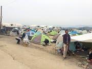 Werner Amport (links, oben im Bild) verteilt den Flüchtlingen Essen: Die Zeit im Camp in Idomeni (unten) hielt er in Fotos fest. (Bilder PD/Werner Amport)