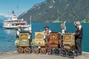 Drehorgelspieler bei der Schiffstation Treib: Ein solches Musikinstrument kostet bis zu 25 000 Franken. (Bild: Philipp Schmidli (Seelisberg, 22. Juli 2017))