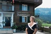Juliana Hammer vor ihrem Hotel, das ihr Grossvater einst erbaute. (Bild: Corinne Glanzmann (Eigenthal, 25. August 2017))