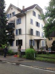 Im untersten Stockwerk des Gebäudes brach der Brand aus. Das Gebäude ist unbewohnbar und wurde von der Polizei abgesperrt. (Bild: Roger Rüegger)