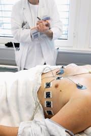 Ist eine Person auf der schwarzen Liste für säumige Prämienzahler aufgeführt, dürfen Ärzte diese nur noch in Notfallsituationen behandeln. (Bild: Dominic Favre/Keystone)
