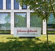 Der Sitz des US-Konzerns Johnson & Johnson in Zug. (Bild: Sigi Tischler/Keystone (24. April 2014))