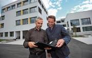 Roman Walker (links) und José Marinho sind stolz über das Resultat, das neue Schulhaus. (Bild: Urs Hanhart (Schattdorf, 13. September 2017))