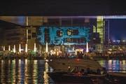 Das Meisterwerk von Stararchitekt Jean Nouvel erstrahlt dank dem Luzerner Kreativbüro «ahundredandten» in farbigem Licht. (Bild: Dominik Wunderli (Luzern, 24. Juni 2017))