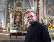 Frater Benedikt Locher in der Klosterkirche, wo er morgen Samstag geweiht wird. (Bild: Marion Wannemacher (Engelberg, 20. September 2017))