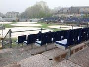 Auch beim 97. Zuger Kantonal-Schwingfest hat das Wetter umgeschlagen. Unser Redakteur Claudio Zanini dokumentiert Schneeflocken, die nun auf den Festplatz niederfallen. (Bild: Claudio Zanini / Neue LZ)