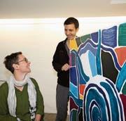 Ihr Freund Adriano Bruno hilft Corinne Grond beim Vorbereiten der Ausstellung. (Bild: Marion Wannemacher (Sachseln, 6. Oktober 2017))