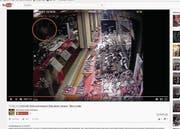Das Gesicht des Täters (rot eingekreist) ist im Youtube-Video nur vage zu erkennen. (Bild: Screenshot Youtube/Bearbeitung OZ)