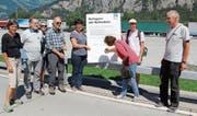 Mitglieder von Alpen-Initiative und Whatsalp unterschreiben einen Aufruf an den Bundesrat. (Bild: Paul Gwerder (Erstfeld, 7. August 2017))