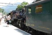 Ein historischer elektrischer Triebwagen (rechts) musste am Sonntag die Dampflok unterstützen. (Bild: Monika Barth)