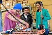 Christian Coray präpariert die Ski für die beiden Afghanen Sajjad Hossaini und Ahlisah Farhang. (Bild Christian Herbert Hildebrand)