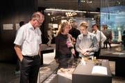 Besucher bewegen sich in den neuen Ausstellungsräumen während der offiziellen Eröffnung des Neubaus des Landesmuseums Zürich. Nach drei Jahren und neun Monaten Bauzeit ist die Erweiterung des Landesmuseums abgeschlossen. (Bild: Keystone / Ennio Leanza)