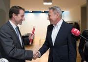 Der noch amtierende Fraktionschef der SVP, Adrian Amstutz, rechts, übergibt den Führungsstab an seinen Nachfolger Thomas Aeschi. (Bild: Peter Schneider/Keystone (Bern, 17. November 2017))