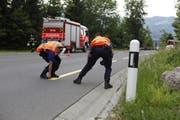 Polizisten vermessen die Unfallstelle. (Bild: Geri Holdener)