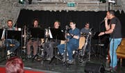 Die Gruppe Chammerart im Zusammenspiel mit Beatboxer Roberto Stella (rechts) im Kellertheater. (Bild: Paul Gwerder (Altdorf, 17. März 2017))