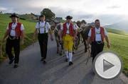 Jodelnde Sennen auf dem Weg zur Viehschau, am Dienstag, 4. Oktober 2016, in Appenzell. Bauer Sebaedoeni (Josef Anton) Raess faehrt heute mit 24 Tieren an die kantonale Viehschau in Appenzell. (KEYSTONE/Gian Ehrenzeller) (Bild: GIAN EHRENZELLER (KEYSTONE))